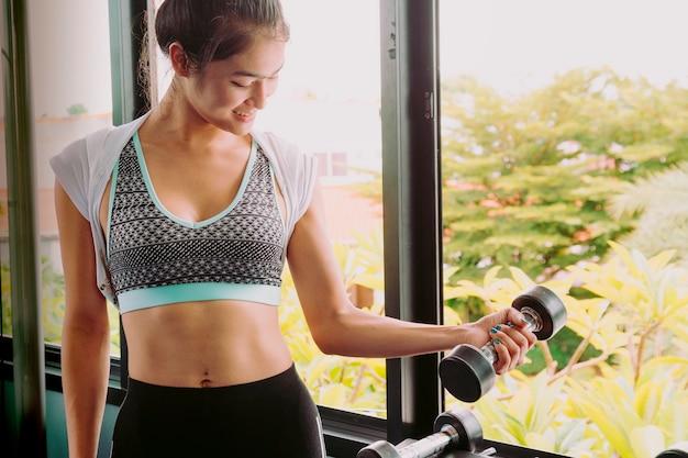 Piękne kobiety ćwiczą na siłowni