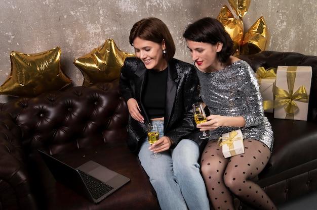 Piękne kobiety do rozmów wideo z przyjaciółmi