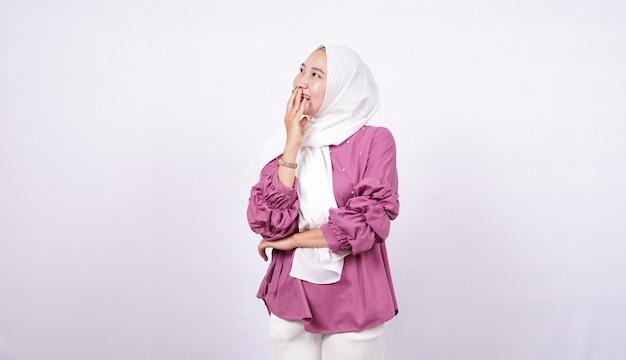 Piękne kobiety hidżab śmiać się na białym tle