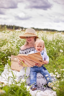 Piękne kobiety i jej syn siedzi i czyta książkę. wysokiej jakości zdjęcie
