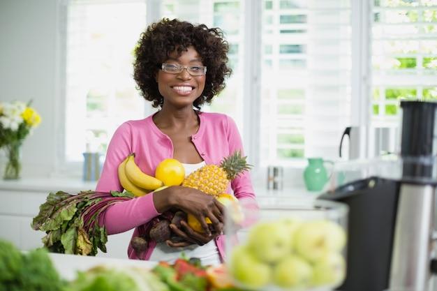 Piękne kobiety mienia owoc w domu