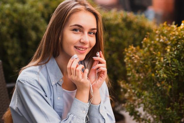 Piękne kobiety mienia słuchawki