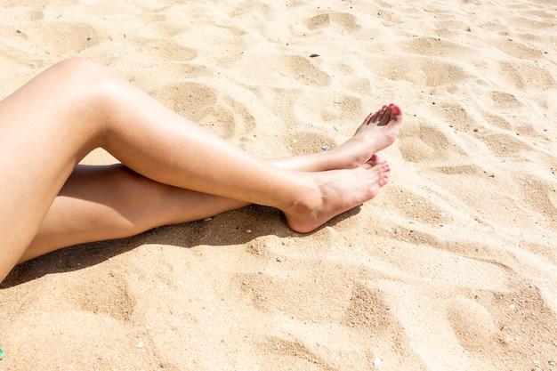 Piękne kobiety nogi na plaży