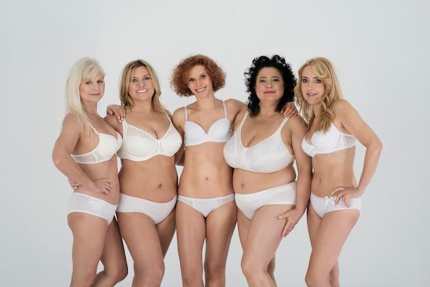 Piękne kobiety noszące bieliznę i czujące się komfortowo