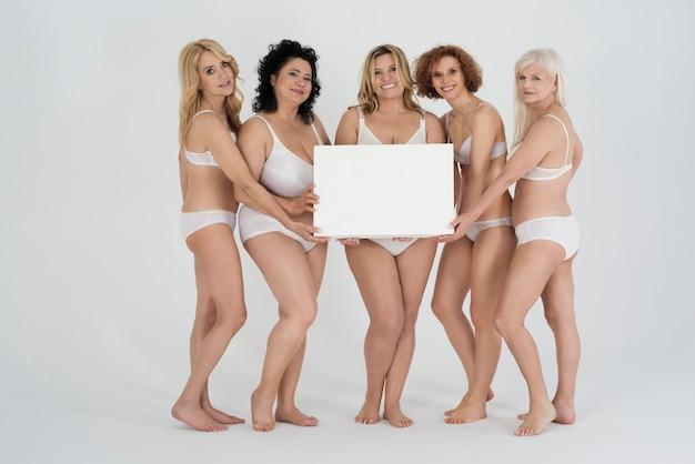 Piękne kobiety o różnych kształtach i różnym wieku w bieliźnie z pustym znakiem