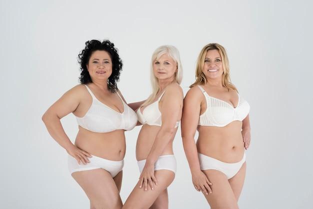 Piękne kobiety o różnych kształtach i różnym wieku w bieliźnie