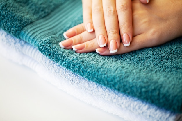 Piękne kobiety paznokcie z francuskim manicure