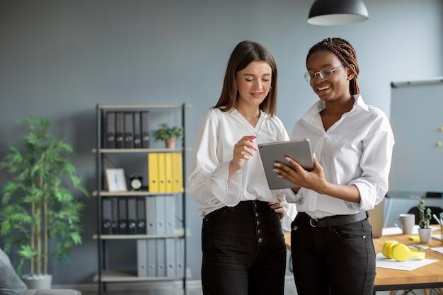 Piękne kobiety pracujące razem w startupowej firmie