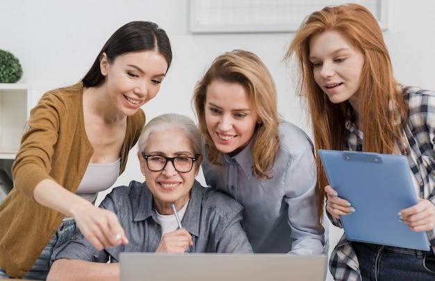 Piękne kobiety pracuje wpólnie przy biurem