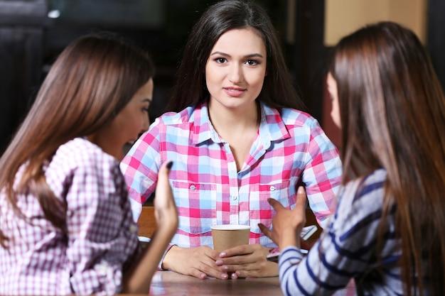 Piękne kobiety przemawiające w kawiarni