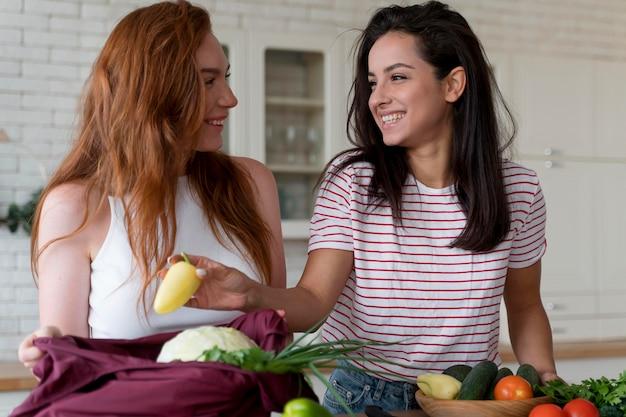 Piękne kobiety przygotowują wspólnie obiad
