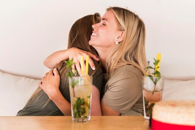 Piękne kobiety przytulanie siebie