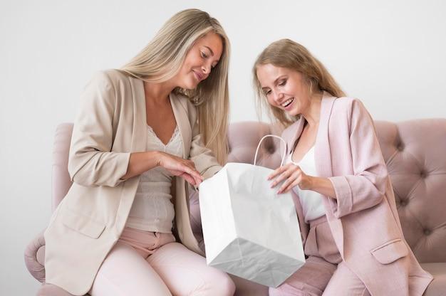 Piękne kobiety razem sprawdzające zakupy