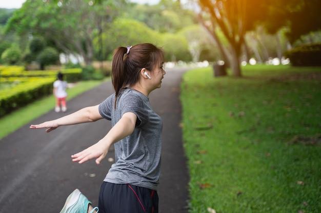 Piękne kobiety rozciągają się przed bieganiem po parku