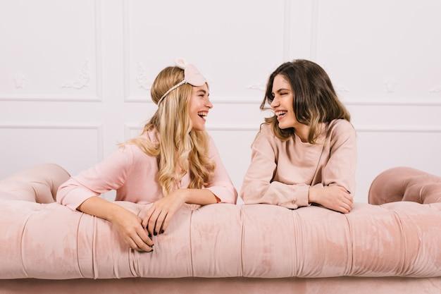 Piękne kobiety rozmawiają na kanapie