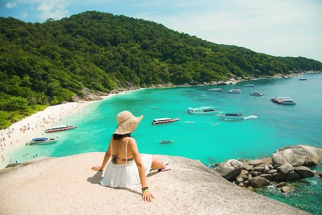 Piękne kobiety sceniczna przejażdżka piękny morze i niebieskie niebo przy similan wyspą, phuket, tajlandia.
