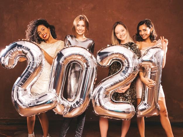 Piękne kobiety świętujące nowy rok. szczęśliwa wspaniała kobieta w stylowym