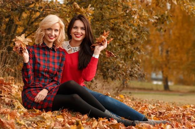 Piękne kobiety w parku jesień