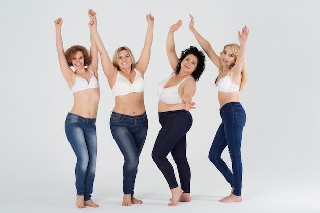 Piękne kobiety w różnych dżinsach na białym tle