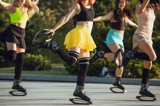 Piękne kobiety w sportowej odzieży z butami do skakania kangoo