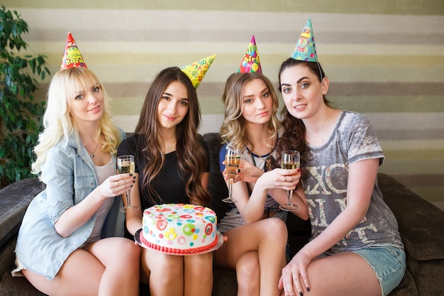 Piękne kobiety z tortem na przyjęcie urodzinowe