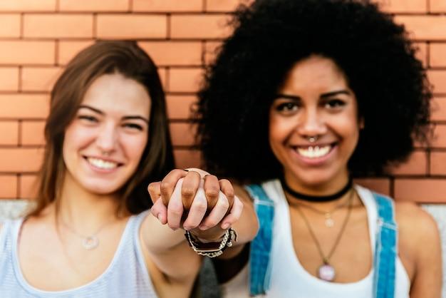 Piękne kobiety, zabawy na ulicy. koncepcja młodzieży.