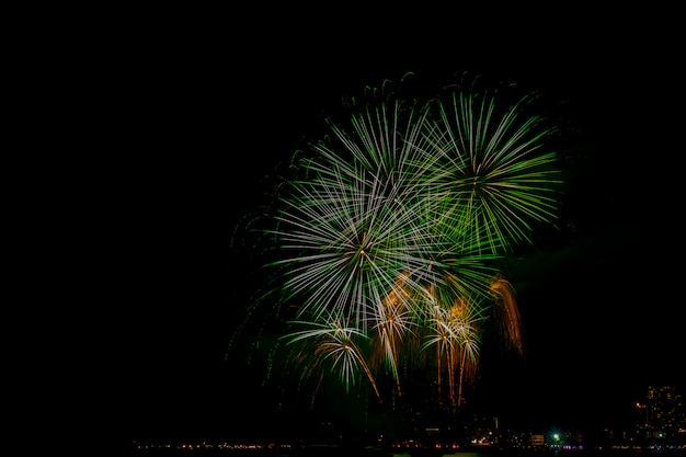 Piękne kolorowe fajerwerki wyświetlają się na plaży morskiej, niesamowite święto fajerwerków lub jakiekolwiek wydarzenie w ciemne niebo.