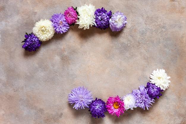 Piękne kolorowe jesienne kwiaty astry. jesień, kwiatowy wzór.