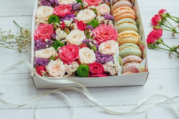 Piękne kolory kwiatów i smaczny bizet