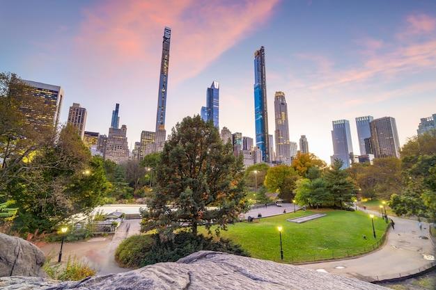 Piękne kolory liści nowojorskiego central parku o zachodzie słońca w usa