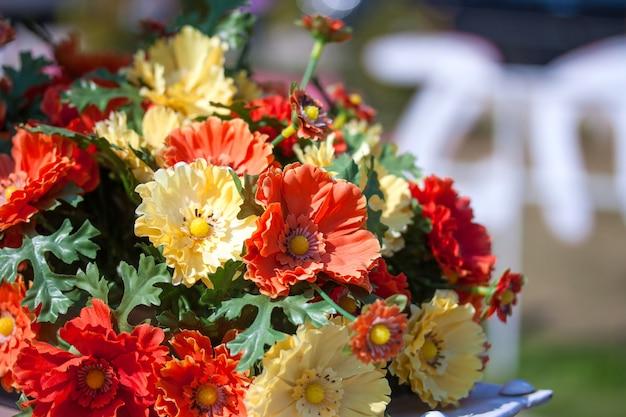 Piękne kolory plastikowych kwiatów