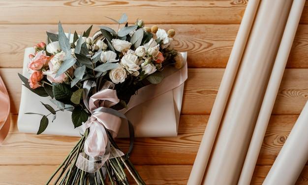 Piękne kompozycje kwiatowe na drewnianym stole