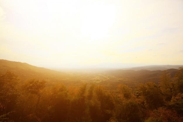 Piękne krajobrazowe warstwy góra i mglisty na wzgórze dolinie w złotym zmierzchu zmierzch przy tajlandia
