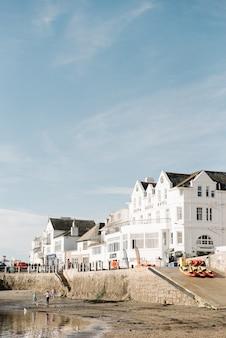 Piękne krajobrazy białych apartamentów na nabrzeżu pod pięknym błękitnym niebem