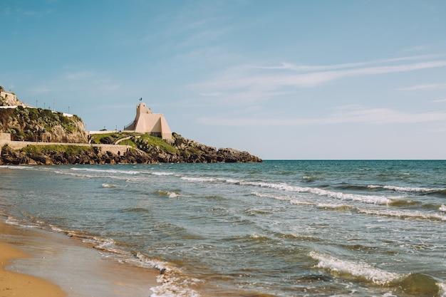 Piękne krajobrazy blisko morza z czystą plażą.