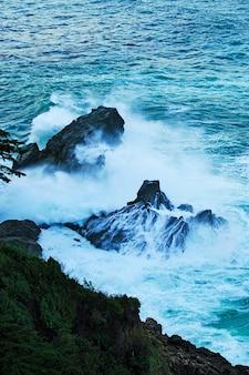 Piękne krajobrazy formacji skalnych nad morzem