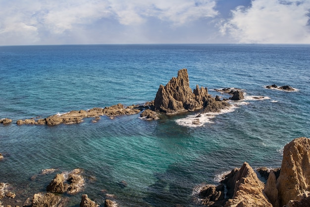 Piękne krajobrazy formacji skalnych w morzu pod pochmurnym niebem
