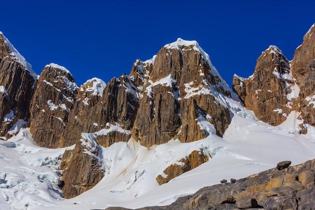 Piękne krajobrazy górskie w cordillera blanca, peru, ameryka południowa