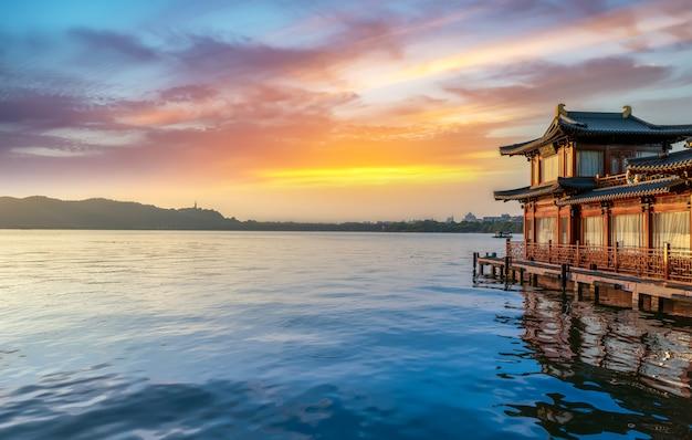 Piękne krajobrazy i drewniane łodzie hangzhou west lake