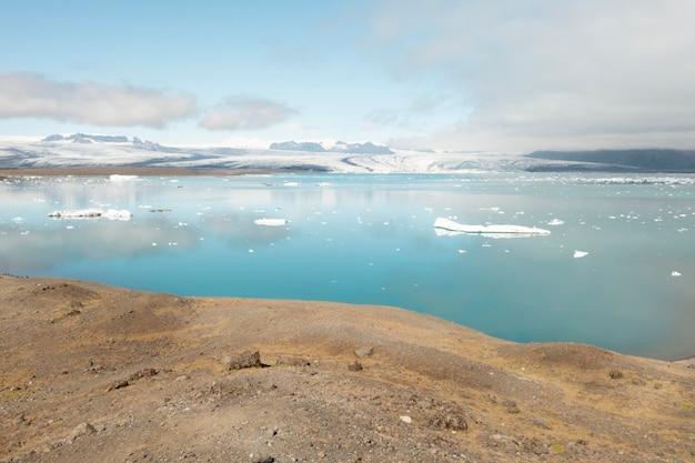 Piękne krajobrazy islandii podczas podróży