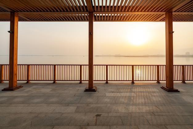 Piękne krajobrazy jeziora taiyuan jinyang o zachodzie słońca