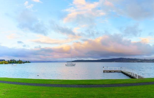 Piękne krajobrazy jeziora taupo rano, wyspa północna nowej zelandii