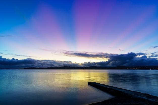 Piękne krajobrazy jeziora taupo w półmroku, wyspy północnej nowej zelandii