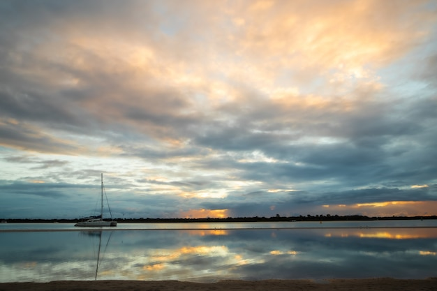 Piękne krajobrazy kolorowe chmury odbijające się w morzu podczas zachodu słońca