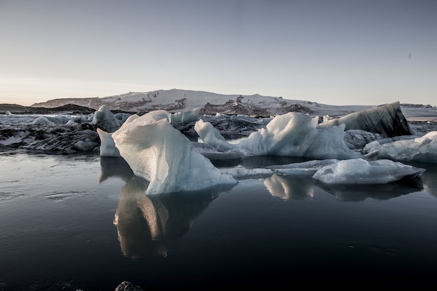 Piękne krajobrazy laguny jokulsarlon odzwierciedlone w morzu na islandii