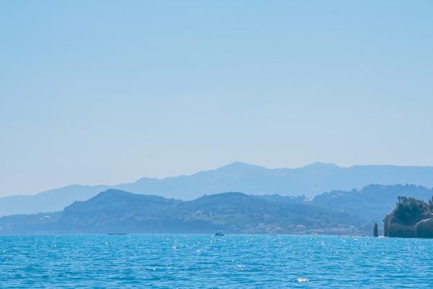 Piękne krajobrazy morskie na wyspie w grecji. podróż morska po europie.