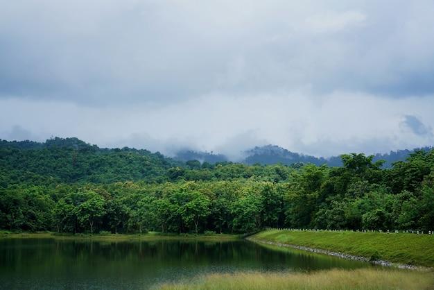 Piękne krajobrazy nimbostratus, chmury stratus i mgliste zachmurzenie