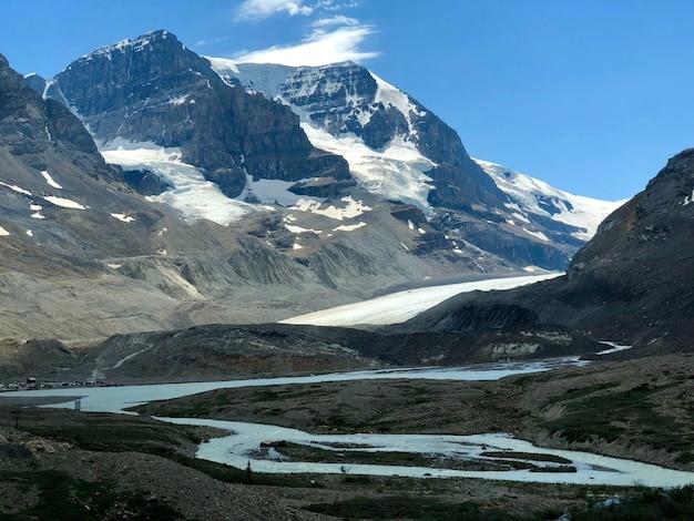Piękne krajobrazy ośnieżonego lodowca athabasca w kanadzie