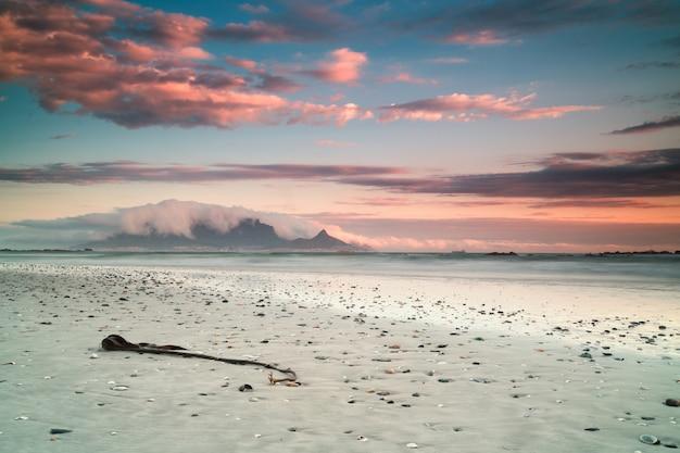 Piękne krajobrazy plaży i morza w kapsztadzie w rpa z zapierającymi dech w piersiach chmurami