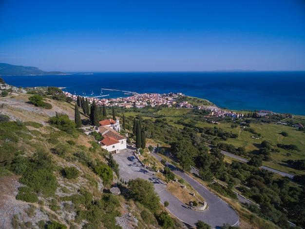 Piękne krajobrazy plaży nad oceanem w samos, grecja